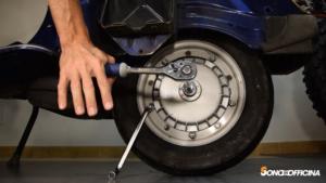 come svitare la ruota se il freno non frena, chiave 24 dado asse posteriore
